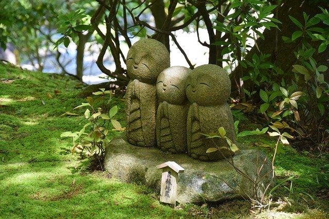 Statues dans jardin zen