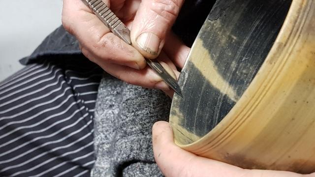 Réparation d'un bol. Kintsugi